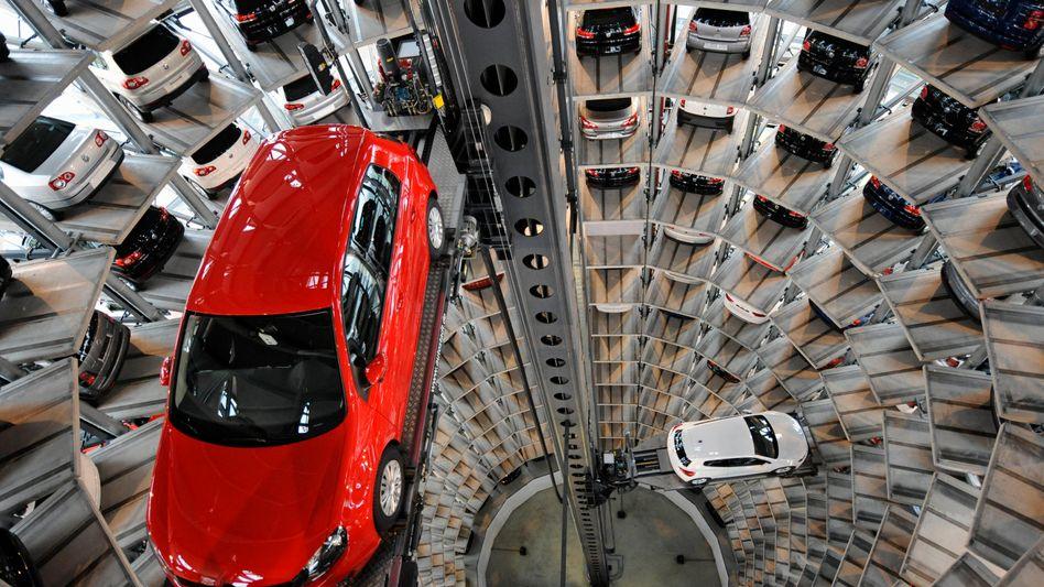 Auslieferungstürme in der Autostadt in Wolfsburg: VW hat im Dezember 16,2 Prozent weniger Autos in Europa verkauft
