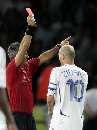 Muss gehen: Auch die höchste je gezahlte Ablösesumme von 75 Millionen Euro schützt Zinedine Zidane nicht vor der roten Karte