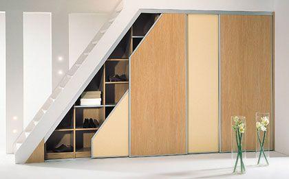 Keine verschenkte Nische: Ein Einbauschrank unter der Treppe bietet in einer Wohnung reichlich Stauraum