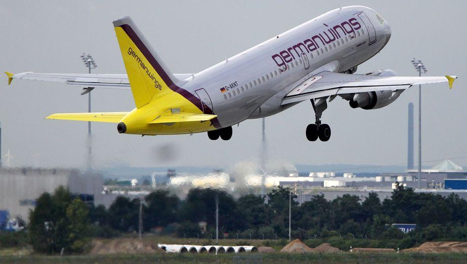 Germanwings: Die ersten Lufthansa-Jets sind auf die Billigfluglinie umlackiert. Mit der Umstellung will die Lufthansa ihr Europageschäft zurück in die schwarzen Zahlen bringen