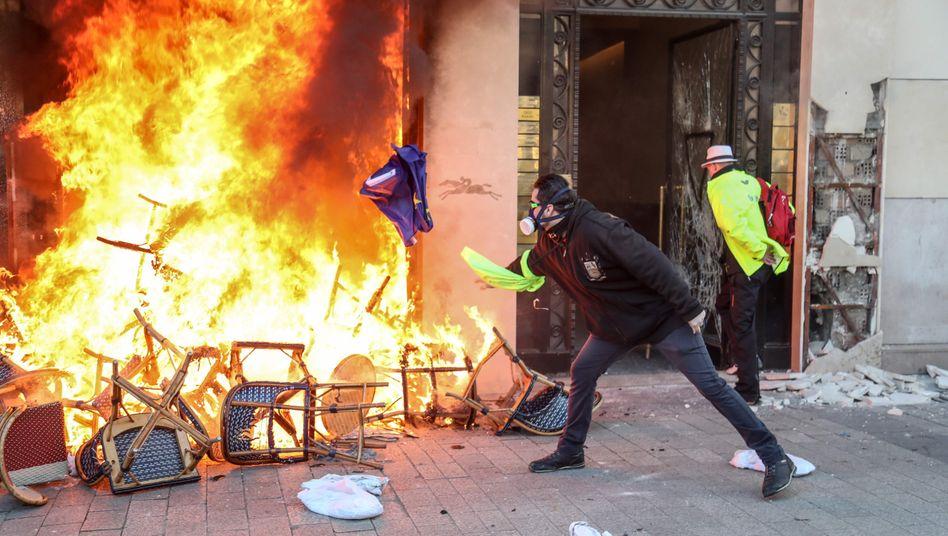 Gelbwesten-Proteste in Paris: In Frankreich und Großbritannien schwindet das Vertrauen der Bürger in staatliche Institutionen.