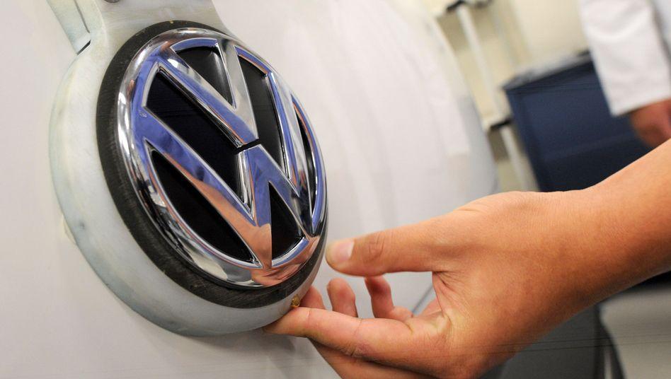 Volkswagen-Logo auf VW-Auto.