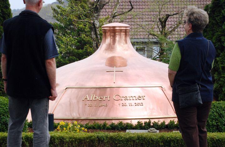 Albert Cramer, Inhaber der Warsteiner-Brauerei, war mit sich offenbar im Reinen - er wünschte sich einen Braukessel als Grabmal