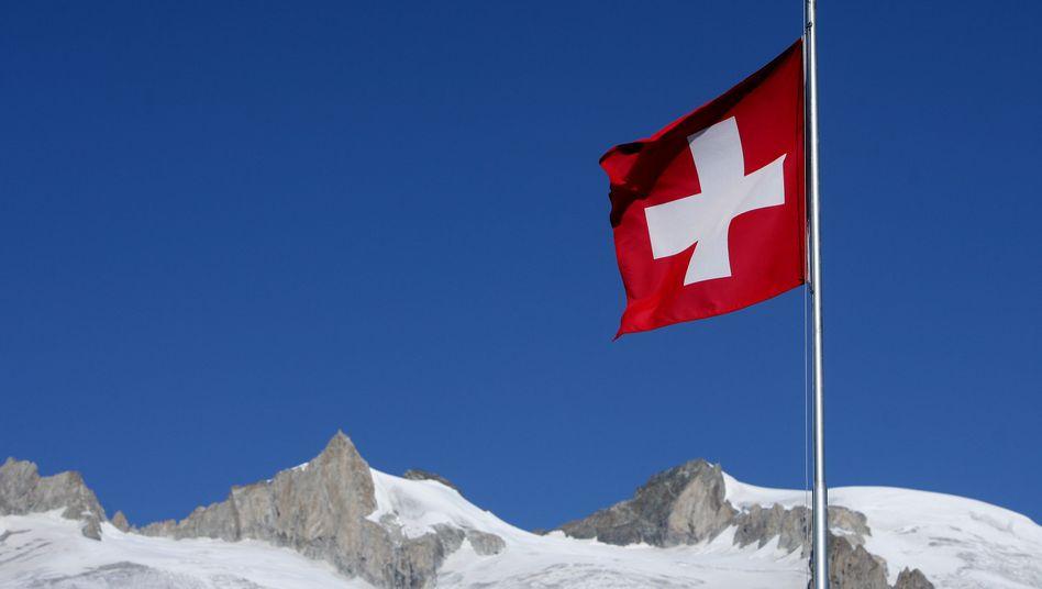 Ganz weit oben: Der Schweizer Franken steigt in luftige Höhen und rückt immer näher an den Euro heran. Experten schließen eine Euro-Franken-Parität nicht mehr aus