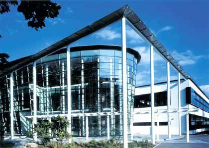 Corporate Identity: Eine optische Linse symbolisiert den Eingang des Schulungszentrums in Tuttlingen