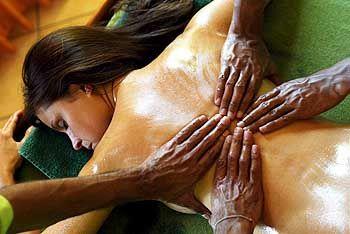 Entspannung pur: Während einer Ayurveda Massage wird mit warmen Kräuterölen das Körpergleichgewicht wieder hergestellt