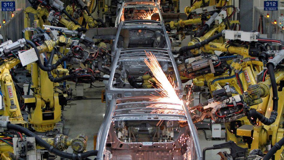 Kein Platz für Menschen: Klassische Industrieroboter in Aktion bei Hyundai in Indien