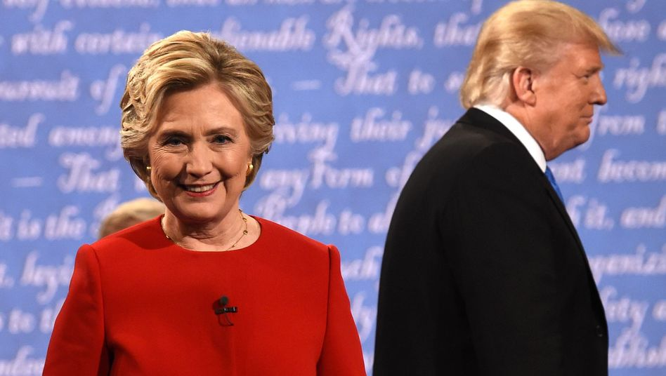 Hillary Clinton (l.) und ihr republikanischer Widersacher Donald Trump am Ende des ersten gemeinsamen TV-Duells am 26. September