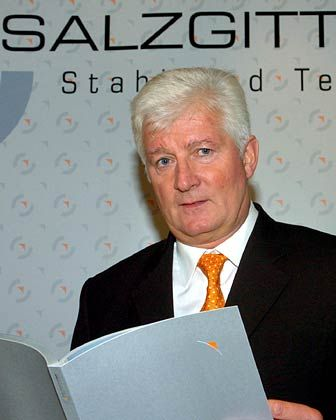 """Wolfgang Leese Vorstandsvorsitzender Salzgitter Bezüge 2004*: 1,0 Mio. Euro (MDax-Durchschnitt: 1,6 Mio. Euro) Eigenkapitalrendite nach Eigenkapitalkosten: +12,0% (MDax: -0,9%) Wertschöpfung nach Eigenkapitalkosten: +55,0% (MDax: +12,6%) Bezüge-Platzierung im MDax-Vergleich: Rang 35 """"Pay for Performance""""-Platzierung im MDax-Vergleich: Rang 4 * ohne Aktienoptionen und andere Long Term Incentives"""