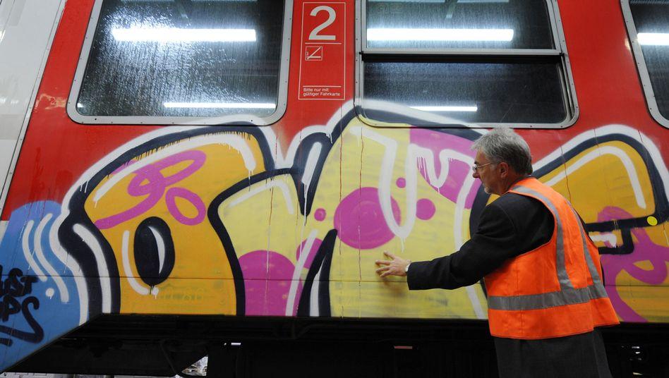 Besprühter Zug: Der Konzern beziffert den Schaden 2012 auf 7,6 Millionen Euro