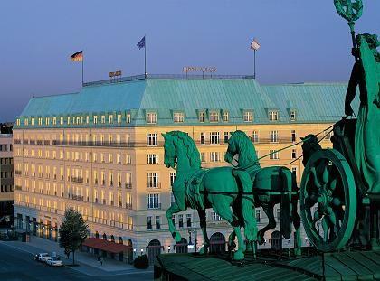 Zentral: Das Hotel Adlon liegt vis a vis zum Brandeburger Tor