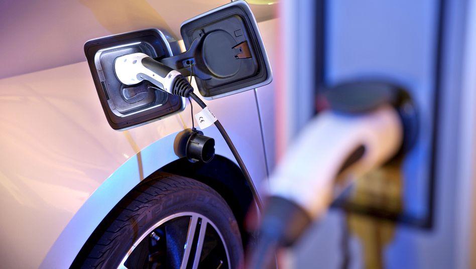 Elektroauto an einer Ladesäule