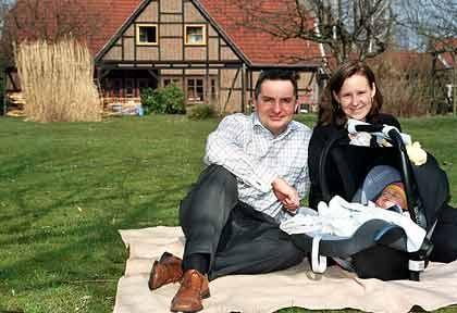 Geplatzter Traum: Jens Bugge (im Bild mit Familie) wäre mit seiner Altersvorsorge am liebsten schon fertig, wenn er 40 ist. Dazu wäre eine illusorisch hohe, monatliche Rücklage von rund 10.000 Euro nötig gewesen.