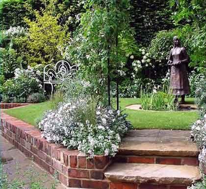 Stilvoll, aber nicht billig: Statuen setzen bei der Gartengestaltung besondere Akzente