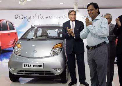 Stolzer Besitzer: Der erste Nano-Fahrer (r.) mit Tata-Chef Ratan Tata