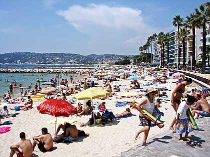 Strandleben: Juan-les-Pins ist nicht nur für den Jazz bekannt, sondern vor allem für seine Strände - im Sommer wird es hier jedes Jahr ziemlich voll