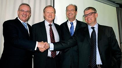 Bitte recht freundlich: Volkswagen-Primus Martin Winterkorn, Scania-Lenker Leif Östling, Volkswagen-Finanzvorstand Hans Dieter Pötsch und Investor AB-CEO Borje Ekholm gestern in Stockholm (v.l.)