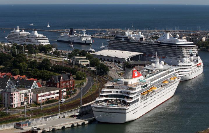 Voller Hafen in Warnemünde: Die Kreuzfahrtabfahrten in Deutschland boomen.