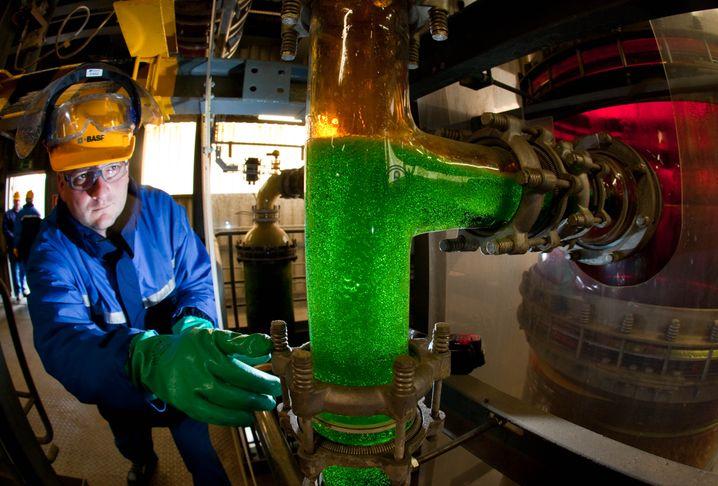 Schwefelsäureaufbereitung bei BASF: Die deutsche Chemieindustrie ist weltweit führend - doch die Branche ist nicht mehr billig. Zuletzt geriet der Spezialchemieanbieter Lanxess unter die Räder