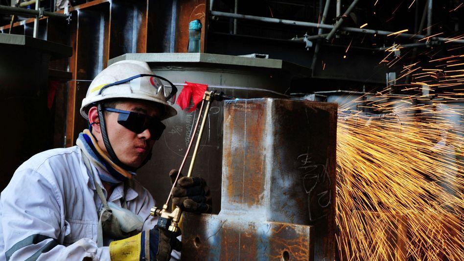 Stahlwerk in China: Die Stahlhütten werden vom Staat am Leben erhalten - und liefern billigen Stahl nach Europa
