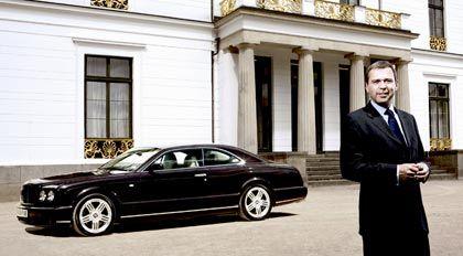 Begeistert von der Massagefunktion in der Rückenlehne: Michael Büttner mit einem Testwagen des Bentley Brooklands