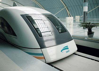 Flughafenzubringer: Seit Silvester 2002 ist der Transrapid in Shanghai im Einsatz