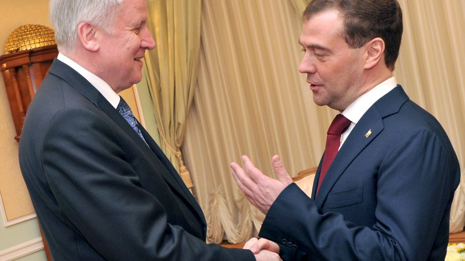 Der bayerische Ministerpräsident Horst Seehofer (CSU, l.) und Russlands Präsident Dmitri Medwedew: Die beiden Politiker begrüßen sich in Moskau am Rande der Feierlichkeiten zum 50. Jahrestag des Weltraumflugs von Jurj Gagarin zu einem Gespräch im Staatlichen Kremlpalast