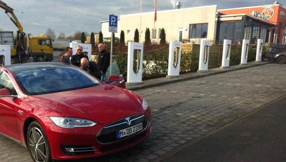 Tesla-Ladesäulen in Baden-Württemberg: Die Deutsche Bahn installiert die Supercharger für den kalifornischen Autobauer