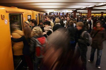 Volle Züge: An den wenigen Zügen und S-Bahnen, die fahren, kommt es zu Gedränge