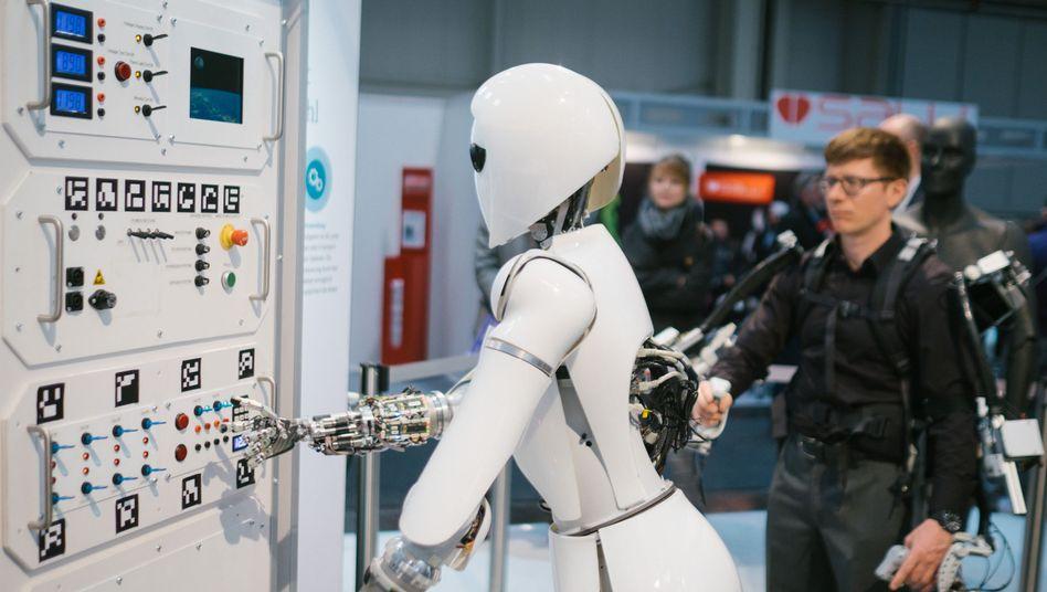 Kollege Roboter: Zahl der Jobs für Menschen mit mittlerer Qualifikation um rund 8 Prozent gesunken