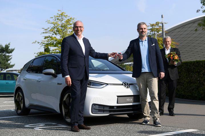 Keine Maske stört das historische Foto mit Kunde Nummer 1 in Wolfsburg: VWs scheidender Vertriebschef Jürgen Stackmann (links, 58) mit Oliver Nicolai, dem ersten ID.3-Käufer.