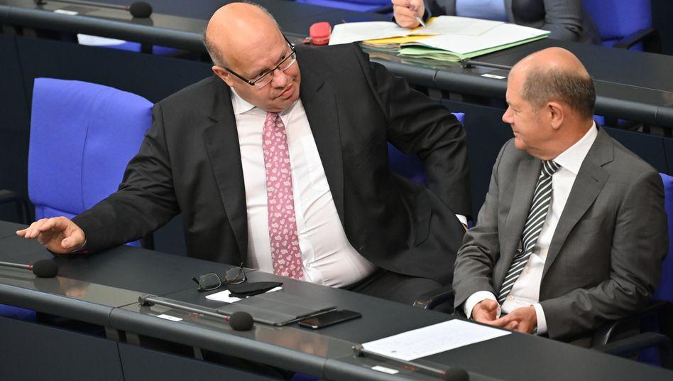 Finanzminster Olaf Scholz (rechts) im Gespräch mit Wirtschaftsminister Peter Altmaier