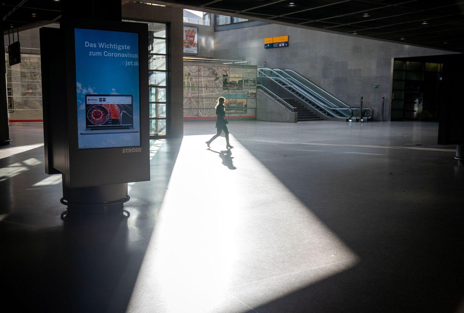 Coronavirus - leerer Bahnhof am Potsdamer Platz