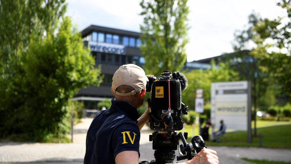 Da wird jetzt genauer hingeschaut: Kameramann Anfang Juli vor der Wirecard-Zentrale in Aschheim nahe München.