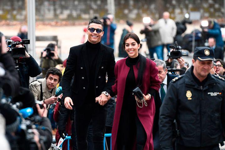 CR7 lächelt die Strafe weg: Juventus-Star Cristiano Ronaldo mit seiner Freundin Georgina Rodriguez am Gericht.