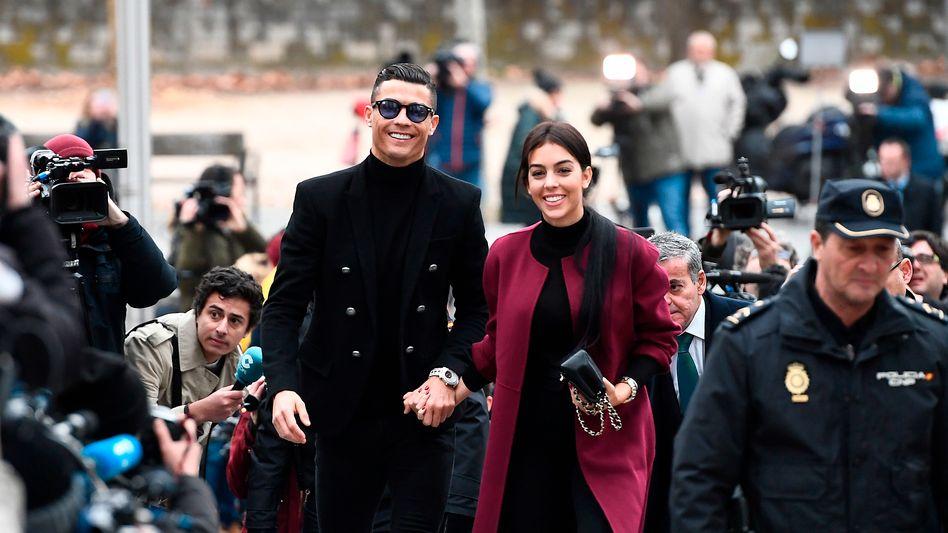 """""""Es geht mir blendend"""": Cristiano Ronaldo erscheint mit seiner Lebensgefährtin Georgina Rodriguez zum Gerichtstermin in Madrid"""