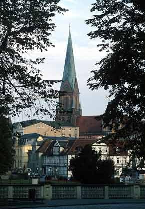 Im Verborgenen: Vom wirtschaftlichen Aufschwung in Mecklenburg-Vorpommern - hier der Dom in der Landeshauptstadt Schwerin - nehmen die wenigsten Notiz