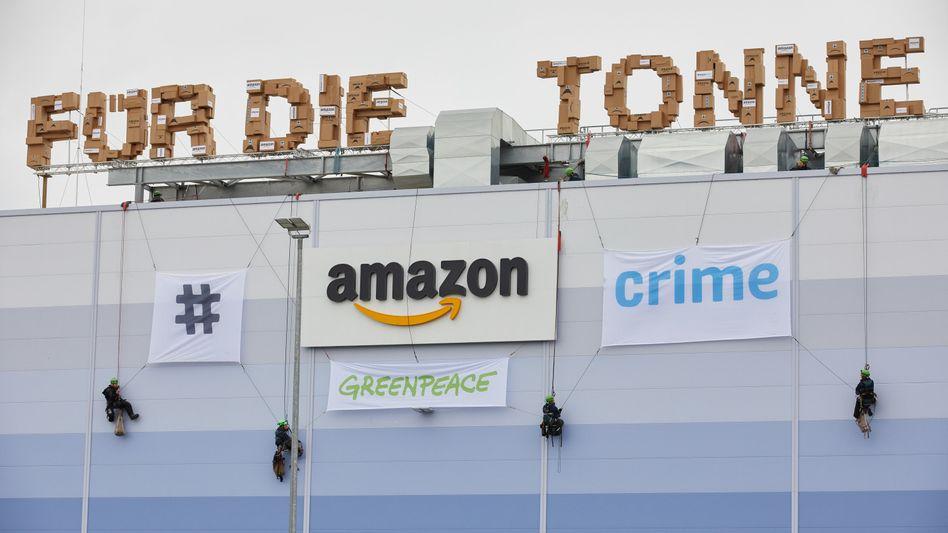 Am Sonntag hatte Greenpeace (Foto) gegen Amazon und die Vernichtung von Retouren-Produkten protestiert - am Montag streiken nun Amazon-Angestellte