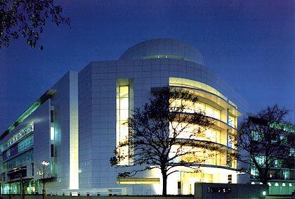 Weiß, so weiß: Das Siemens-Forum am Münchener Oskar-von-Miller-Ring hat der US-Architekt Richard Meier entworfen und dabei Elemente aus dem Schiffbau aufgenommen. Der 1999 bezogene Bau verfügt über eine Gesamtfläche von 43.000 Quadratmetern auf neun Stockwerken, sechs davon oberirdisch, und beherbergt rund 600 Arbeitsplätze. In dem für die Öffentlichkeit zugänglichen Teil sind das Siemens-Forum mit Ausstellungs- und Veranstaltungsräumen und eine Cafeteria untergebracht.