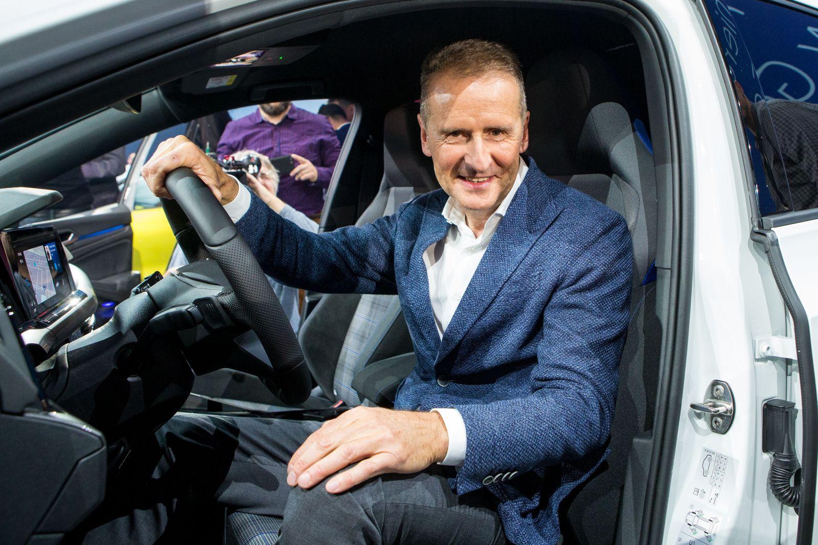 24.10.2019, xtgx, Wirtschaft Auto, Volkswagen - Weltpremiere Vorstellung Golf VIII 8 acht emspor, v.l. Herbert Diess am