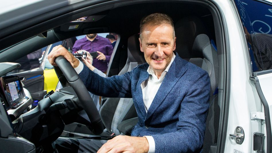 Geht's auch billiger? VW-Boss Herbert Diess in einem Golf 8.