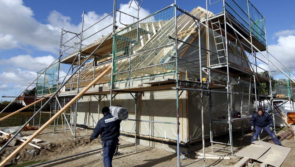Der Markt für Wohnimmobilien boomt: Hauspreise und Bauaufträge steigen, Geldvermögen wird in Steine und Boden umgeschichtet