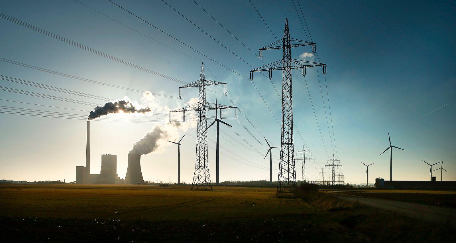 Windenergie / Strom / Erneuerbare Energie / Windrad / Kohle-Kraftwek / Strommasten