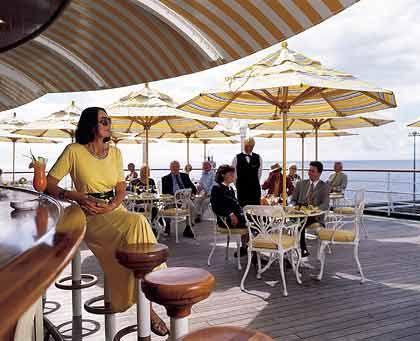 An Bord der MS Deutschland: Für die Kreuzfahrtkritiker zählen nicht nur die technischen Daten - bewertet werden beispielsweise auch die Qualität der Küche, das Unterhaltungsangebot und der Service