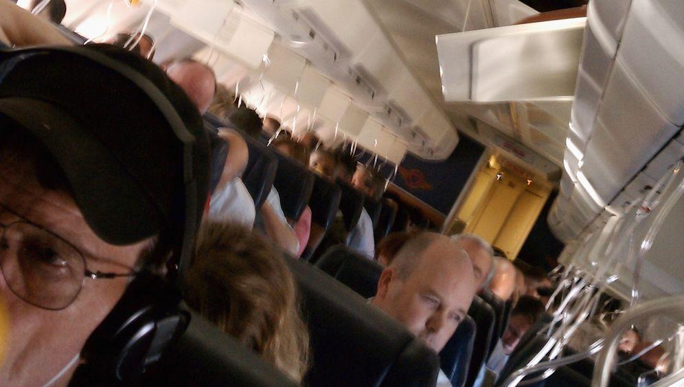Loch im Flugzeug: Freier Blick auf den Himmel