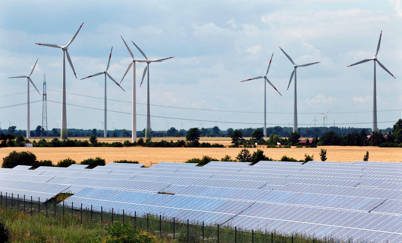 Windräder hinter Solaranlagen