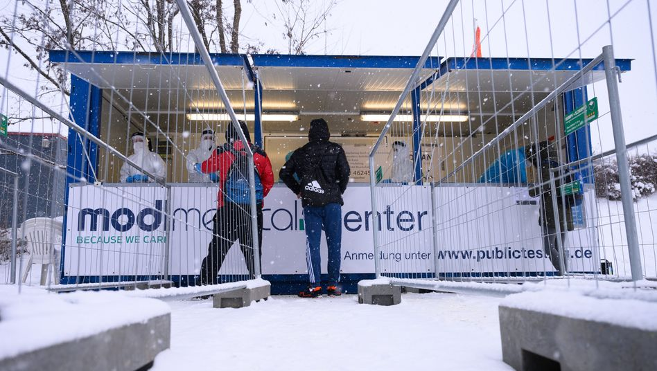 Hürde für Grenzpendler: Corona-Schnelltestcenter auf dem Firmengelände von Birkenstock in Görlitz