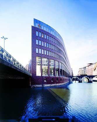 Solide: Fonds, die Immobilien kaufen (Foto: Bürogebäude in Hamburg), sind beliebt
