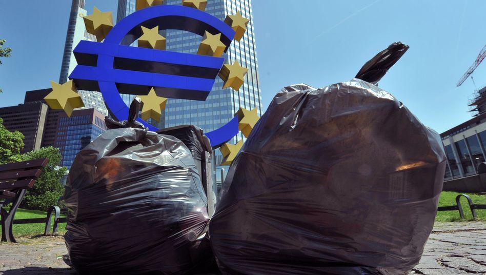 Gemischtes Bild vor der EZB-Zentrale in Frankfurt am Main