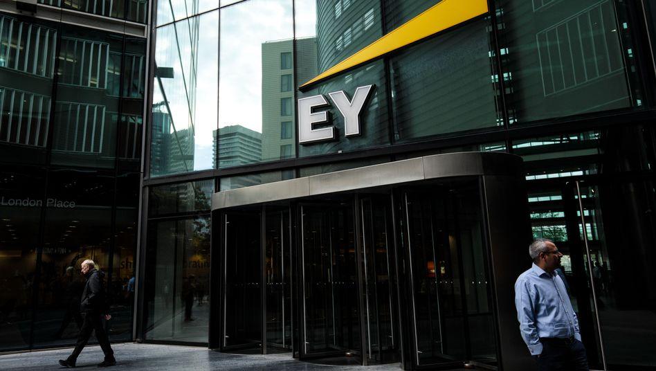 Die Big Four und dann lange nichts: PwC, KPMG, Deloitte und EY (Foto: Büro in London) dominieren die Wirtschaftsprüferbranche